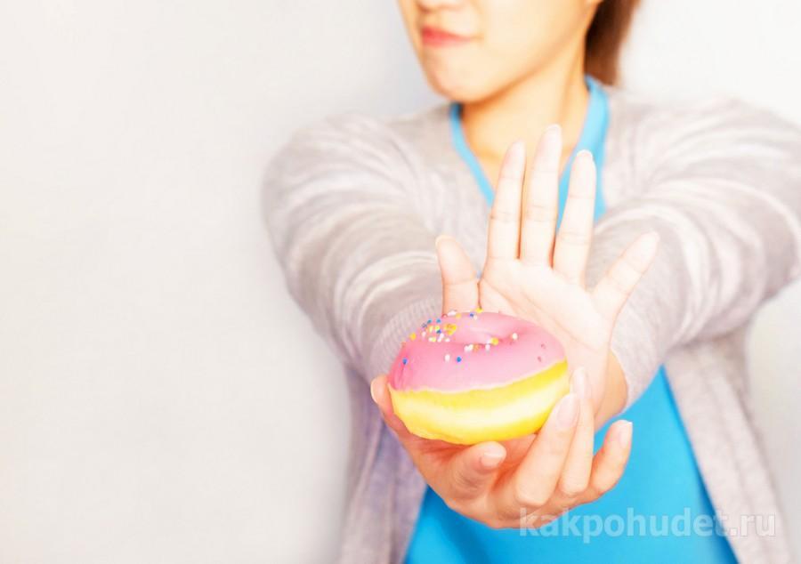 Свежий и румяный пончик как пример контроля аппетита